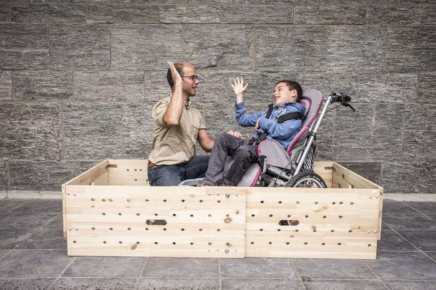Olivier Dumoulin uit Namen, papa van een gehandicapte jongen van 10 jaar, won de prijs in de categorie Ergonomie. Hij bedacht een verstelbaar en transporteerbaar bedhekje voor zijn zoon Gilles.
