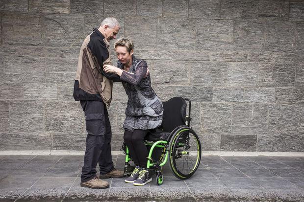 In de categorie Gebruiksvriendelijk gaat de prijs naar Frank Genar uit Hove (provincie Antwerpen). Hij ontwierp een inklapbaar voetenplankje waarmee zijn vrouw in alle veiligheid uit haar rolstoel kan opstaan en weer gaan zitten. , Handicap International / O. Papegnies / COLLECTIF HUMA