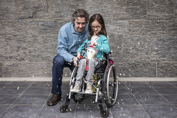 David Delabassée uit Doornik is de winnaar in de categorie Design. Hij bouwde een confettimachine voor zijn dochter. Lylou is 9 jaar en lijdt aan een neuromusculaire aandoening. Maar zoals alle kinderen van haar leeftijd viert ze graag carnaval. , Handicap International / O. Papegnies / COLLECTIF HUMA