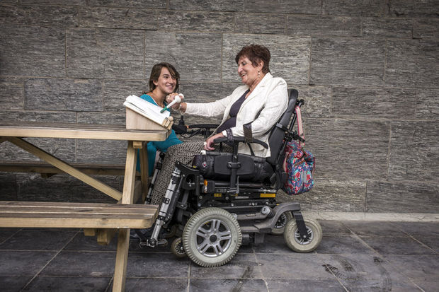 Voor het eerst kon dit jaar ook het publiek zijn stem uitbrengen op een uitvinding: 8.529 unieke stemmers kozen voor de boekensteun die Nette Dedapper ontwierp voor haar oma die sinds een fietsongeluk verlamd is. Ze houdt erg veel van lezen maar slaagt er niet meer in om een boek open te houden en de bladzijden om te slaan. , Handicap International / O. Papegnies / COLLECTIF HUMA