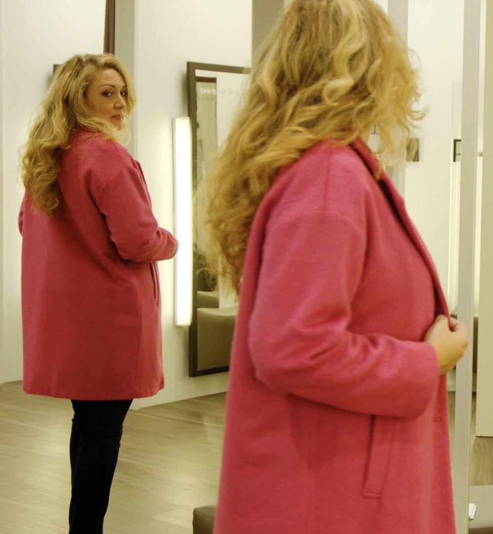 Béatrice probeert een roze mantel.