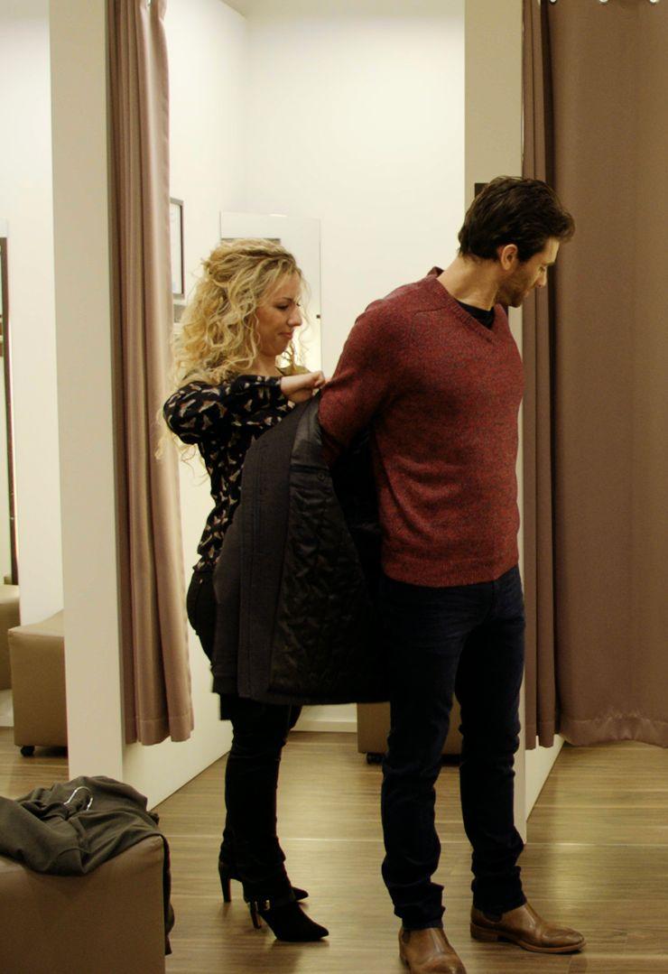 Brunilda helpt Vincent bij het aantrekken van zijn casual outfit.