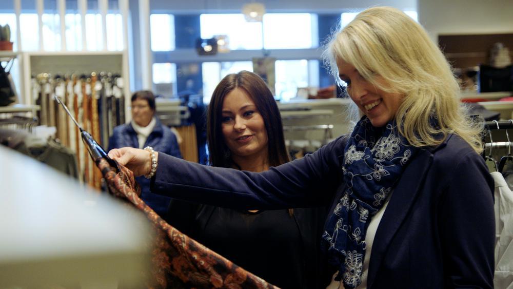 Inge en Personal Shopper Melissa bekijken samen de collecties.