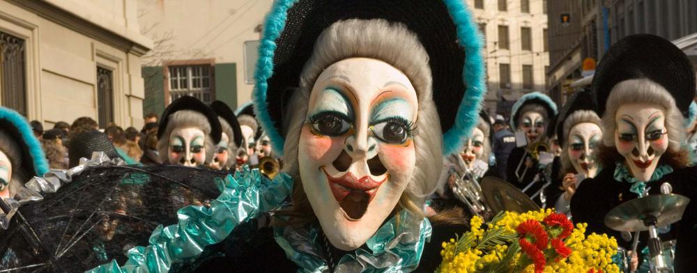 """De """"Alti Dante"""" of oude dames zijn vaste figuren bij het carnaval in Basel."""
