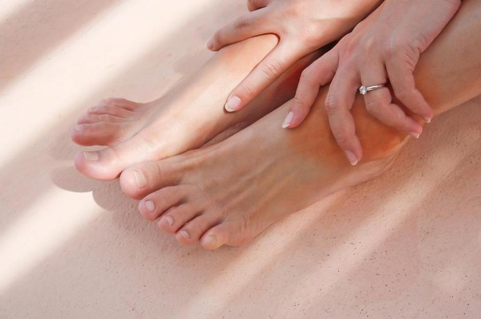 hierdoor krijg je opgezette voeten - gezondheid - plusmagazine