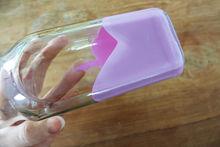 DIY: Vrolijke vazen van lege flessen