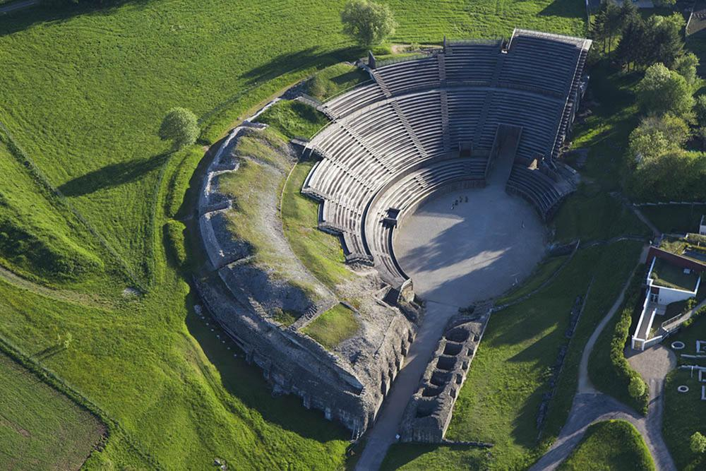 Het Gallo-Romeinse amfitheater in het charmante dorpje Grand., Philippe Massit
